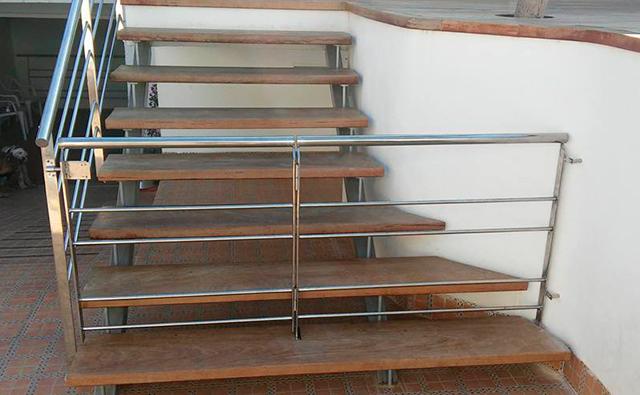 Barandilla y puerta de acceso a escalera realizado en acero inoxidable