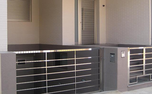 Cancela realizada en acero inoxidable para acceso a vivienda adosada