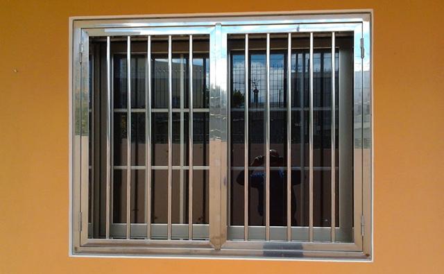 Reja abatible decorativa de acero inoxidable para protección de ventana