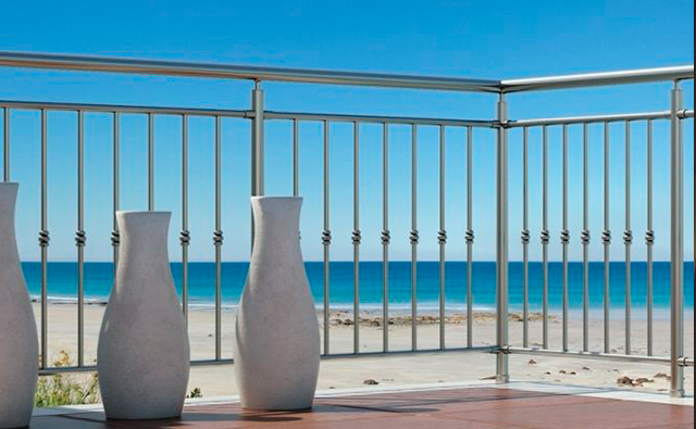 Barandilla en terraza realizada en aluminio anodizado