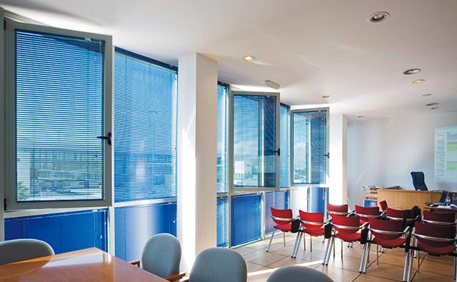 Oficina con ventanas abatibles de aluminio anodizado