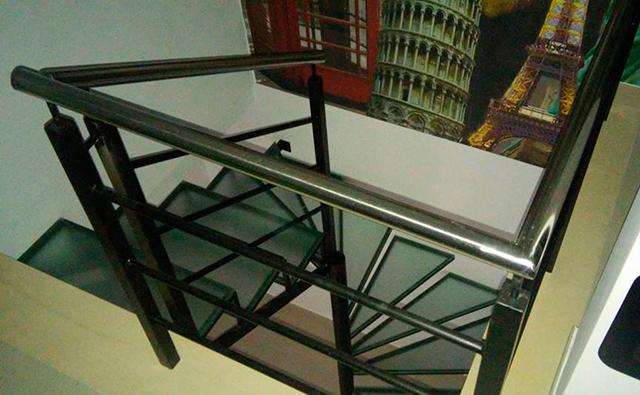 Barandilla de hierro lacado en negro con pasamano de acero inoxidable para vivienda dúplex