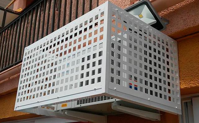 Estructura de chapa perforada de hierro lacada en blanco para ocultar un equipo de aire acondicionado