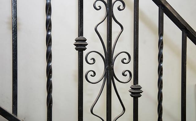 Barandilla decorativa de forja y fragua lacada en negro