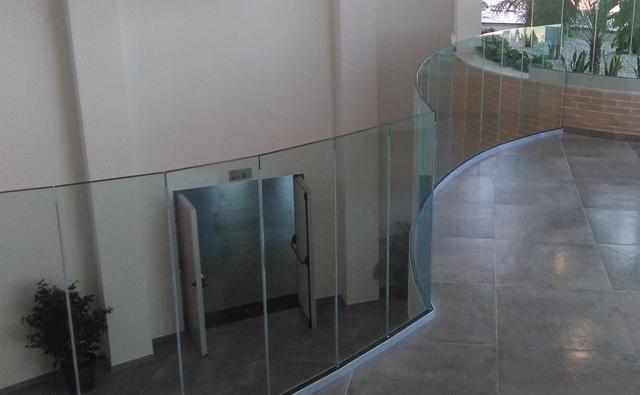 Barandilla de vidrio para el rellano de la 1a planta de la Casa de la Música de Bellreguard