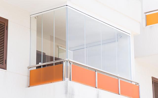 Cortina de vidrio como cerramiento de un balcón