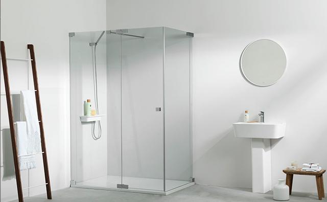 Mampara de vidrio en plato de ducha de un cuarto de baño