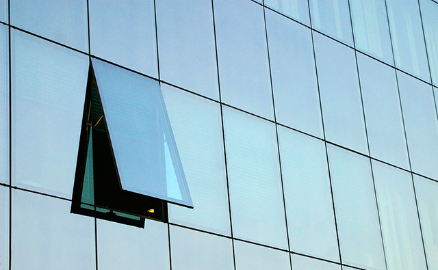 Muro cortina a modo de piel estructural de un edifico de oficinas