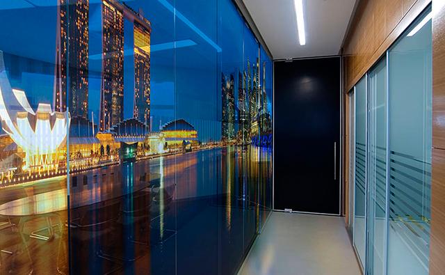 Vidrios fijos interiores con impresión digital personalizada en una zona de despachos